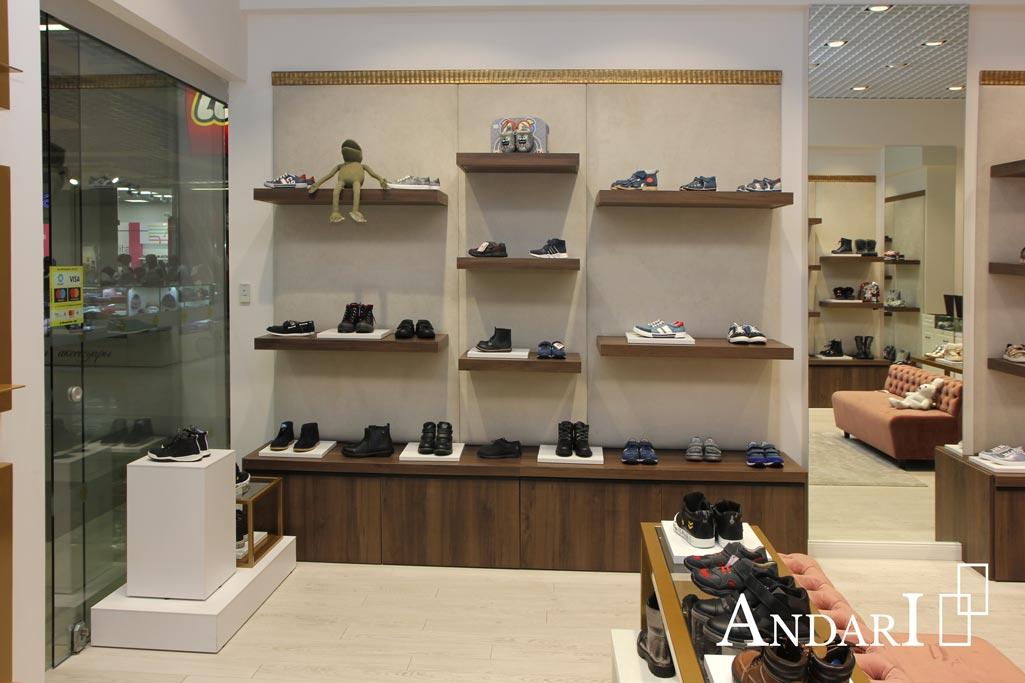 Торговое оборудование в магазине детской обуви