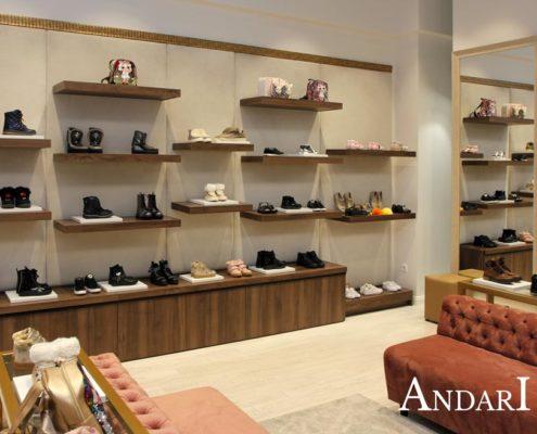 Полки в магазине детской обуви