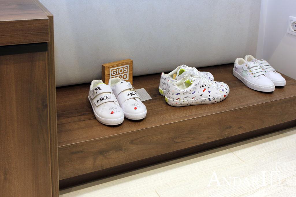 Стеллажи в магазине детской обуви